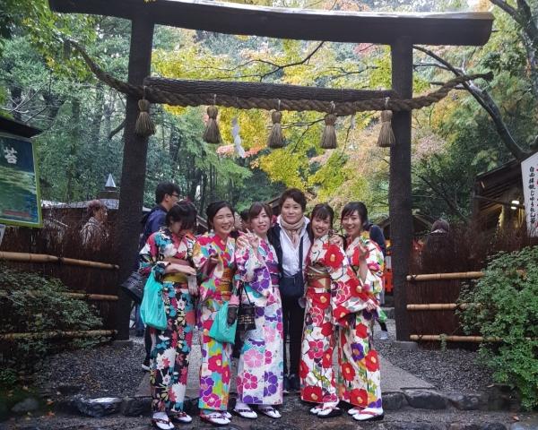 일본 여학생들의 환호 속에 둘러싸인 한국 여인의 아름다운 미소