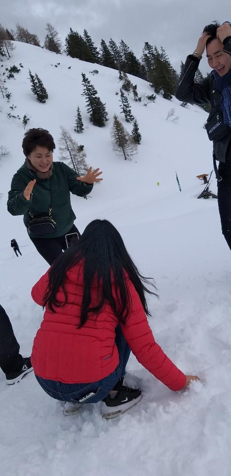 설산에서의 즐거운 가족사진! 저 아래 배낭메고 걸어올라오는 등산인!